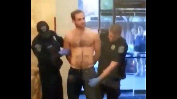 Policial pegando no pau do cara