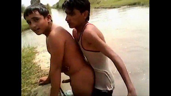 Indiano dotado enrabando o novinho no rio