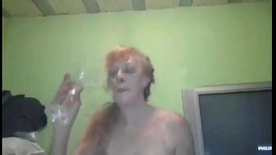 Rubia Abuela Argenta Prostituta Chupando Pija y Tragando la Chele en una Copa - 1 min 23 sec