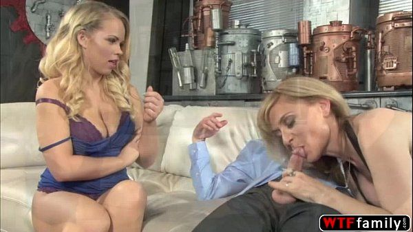 Gorgeous Britney Young and her stepmom Nina Hartley enjoys threesome