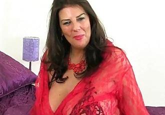 British MILF Lulu exuberante los peelings off su rojo Fishnet stockingshd