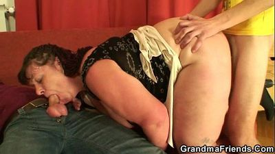 Chubby mature babe takes two cocks at once - 6 min