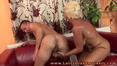 Amateur old GILF gets pussypounded - 6 min