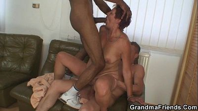 Interracial threesome with old bitch - 6 min