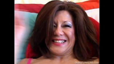 Sexy mature brunette - 5 min