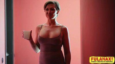 La glamurosa Yasmin Scott en una escena artistica en el baño