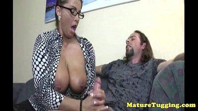 busty spex MILF ได้ Cumshot หลังจาก handjob - 5 มิน