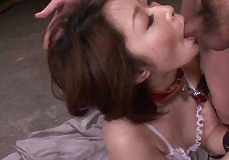 成熟 亞洲 打擊 三 釘 在 一個 四人 上 她的 膝蓋 - 6 min