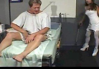 墮落 護士 亂搞 她的 患者 - 19 min