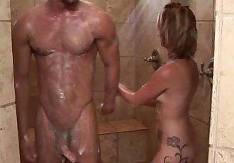 性感的 按摩师 贝贝 和 客户 淋浴 和 吹箫 - 5 min