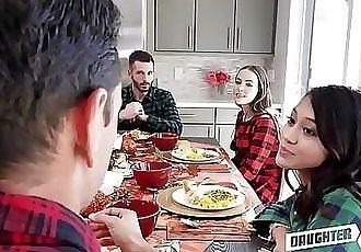 兩個 熱 青少年 女兒 茉莉花 灰色 和 內奧米 藍色 決定 要 交換 他媽的 每 其他人 郁悶 爸爸 在 感恩節