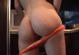 Teen bitch tickles her cameltoe in the kichen