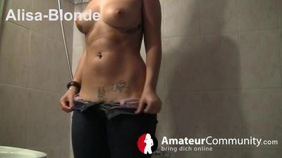 Alisa-Blonde braungebrannte Schlampe spielt mit ihrer Vagina