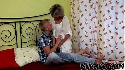 YOUNG BOY FUCKS MATURE LADY IN BEDROOM !!HD