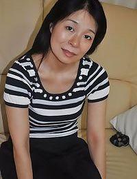 Lewd เอเชีย MILF Akiko Oda ได้ เปลือยเปล่า แล้ว แพร่กระจาย เธอ จิ๋ม ริมฝีปาก