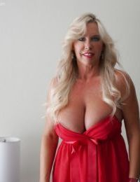 Big tits babe Sandra Otterson demonstrates her housewife ass