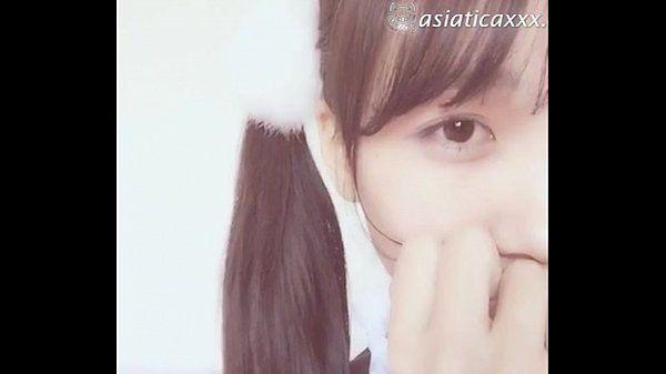 Japonesa tímida con cosplay de maid