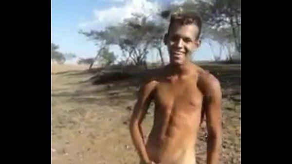 Filmou o amigo dotado exibindo o pau