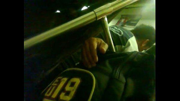 Punhetando o coroa no metro