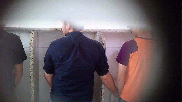 Homens bonitos flagrados se pegando em banheiro público! (PARTE 3) 100%REAL