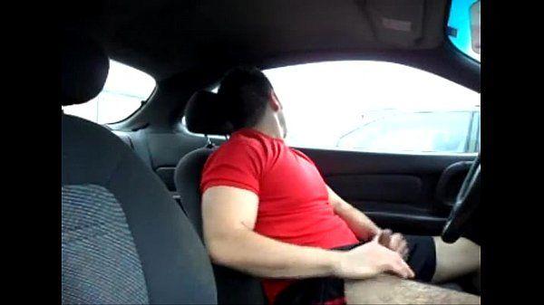 Peludão Gostoso Tocando Punheta no Carro em Estacionamento