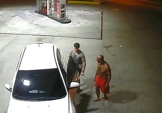 Policial de folga mamando bêbado no Posto de gasolina em Manaus