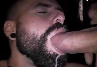 Pauzudo dando de mamar pra um guloso