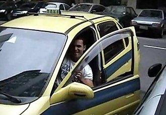 Americando mamando no pau do taxista hétero – Brasileiro