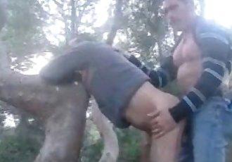 Coroas fodendo no matagal