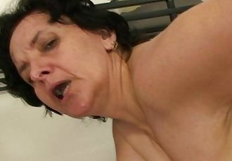He bangs her old pussy - 6 min