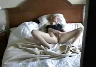 Atrapado mi Lindo mamá en cama Digitación Coño oculto cam - 2 min