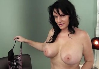 Busty Vegas cougar gives VIP service